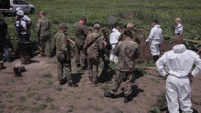 На Донбасі знайдені тіла з шевронами військ Росії: з'явилися фото (1)