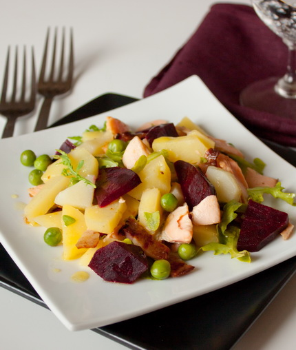 Теплый салат с лососем и свеклой
