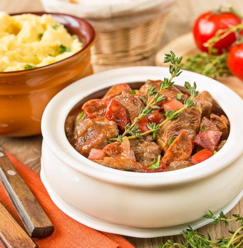 Рагу из говядины в томате с острыми колбасками
