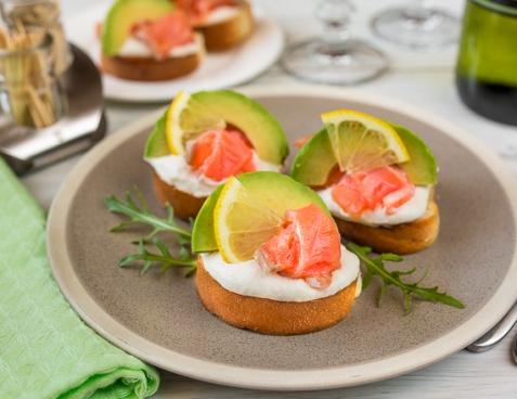 Мини-бутерброды с лососем и кремом из хрена