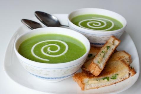 Суп-пюре из зеленого горошка с сырно-луковыми гренками