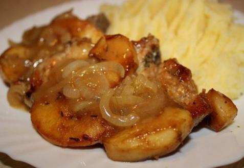 Свиные отбивные с яблочным соусом