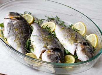 Кладем рыбу в форму