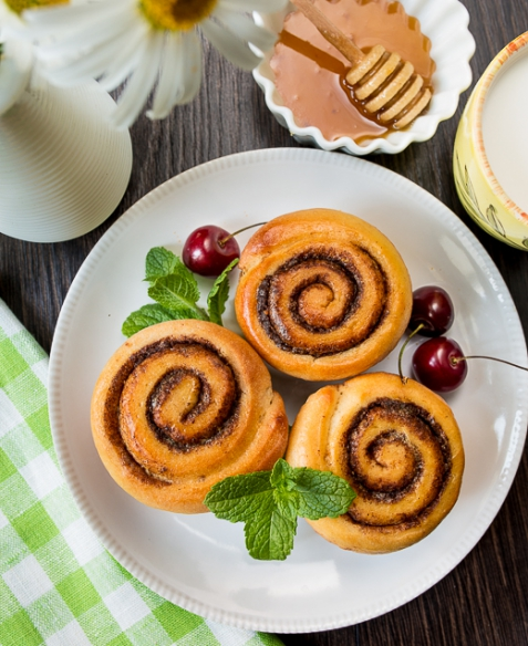 Коричные булочки в форме для кексов