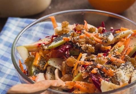 Морковно-яблочный салат с бананом и апельсином