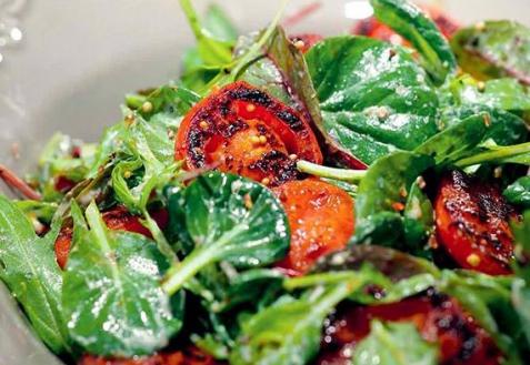 Салат с обжаренными помидорами (видео)