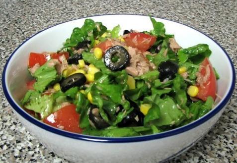 Салат с тунцом, помидорами и кукурузой