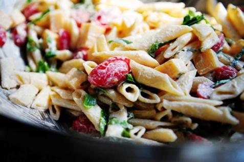 Салат с сыром Гауда, томатами и свежим базиликом
