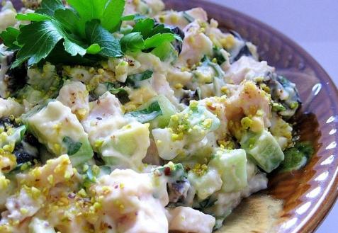 Салат с копченой курицей, черносливом и авокадо