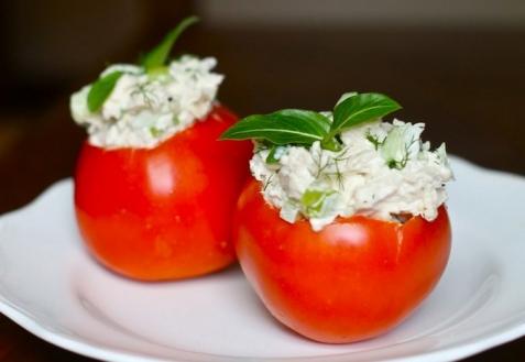 Куриный салат в помидорах