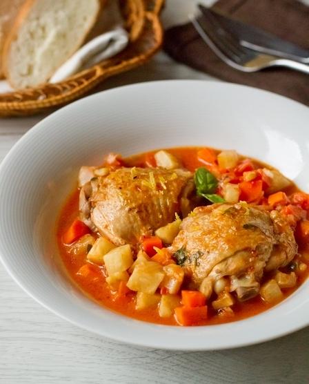 Курица, тушенная с морковью и сельдереем