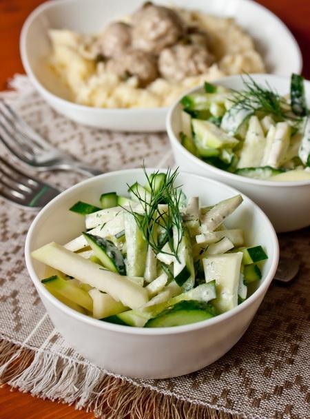 Салат из огурца и кольраби