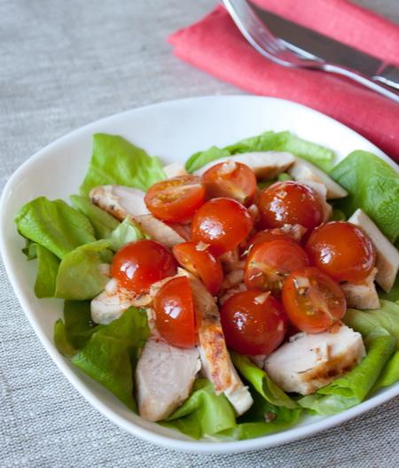 Салат с курицей, томатами и шафрановым винегретом