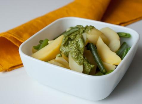 Картофельный салат с зеленой фасолью и песто