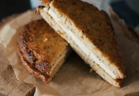 Необычный сырный сэндвич (видео)