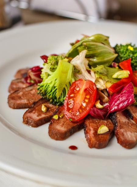 Салат из утки с овощами и соусом наршараб