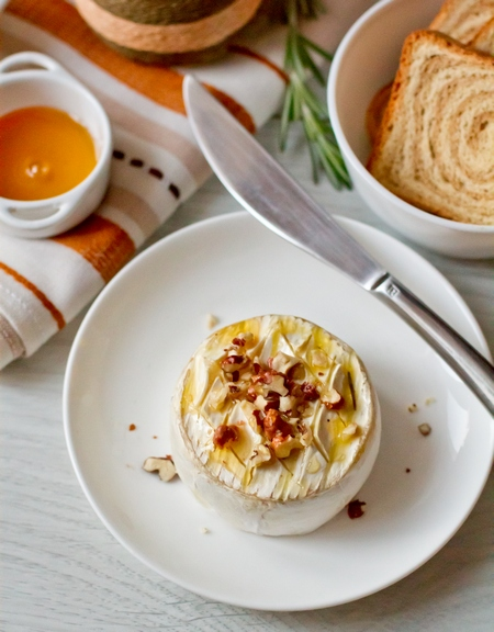 Запеченный камамбер с медом и орехами
