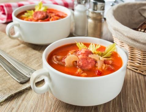 Томатный суп с чечевицей и колбасками