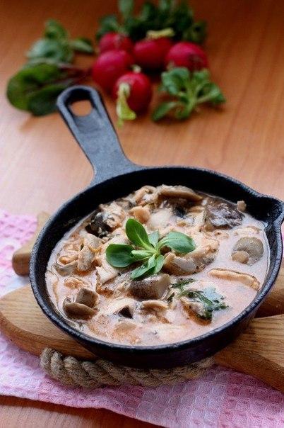 Скумбрия, тушенная в томатно-грибном соусе