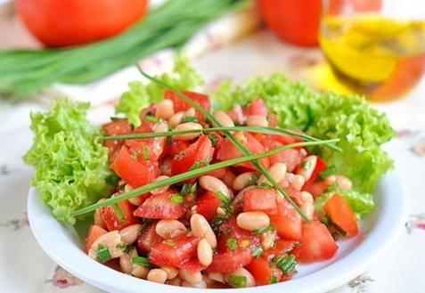 Салат из фасоли с помидорами