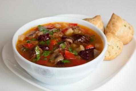 Острый мясной суп с фасолью