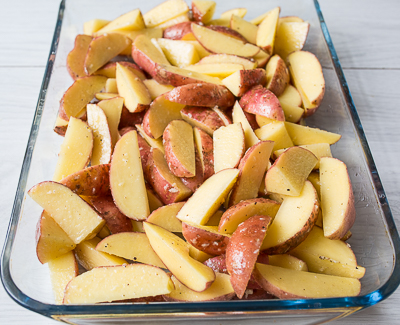 Кладем картофель в форму