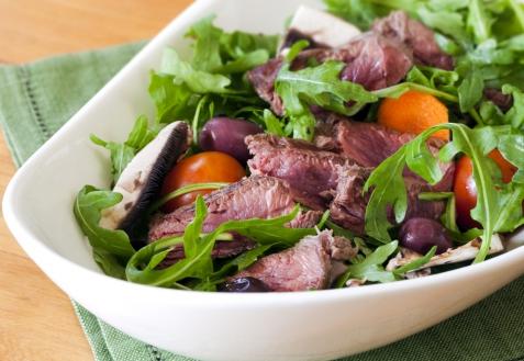 Салат с рукколой, черри и телятиной