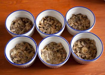 Кладем грибы в формочки