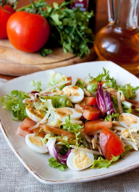 Салат с помидорами и ростками сои