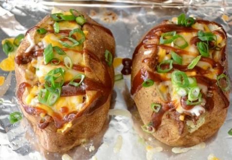 Печеный картофель, фаршированный мясом