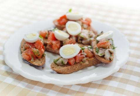 Рецепт - Брускетты с сельдью и помидорами