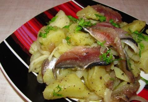 Салат с картофелем и килькой