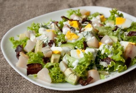 Салат с копченой рыбой и авокадо