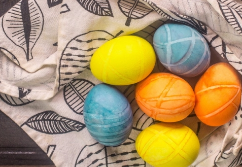 Как покрасить яйца на Пасху скотчем (видео)