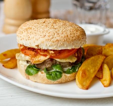 Гамбургеры с плавленным сулугуни и хрустящим луком