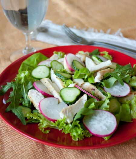 Зеленый салат с индейкой и хрустящими овощами
