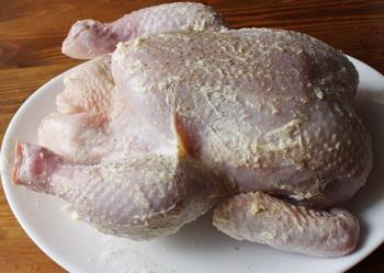 Смазываем курицу
