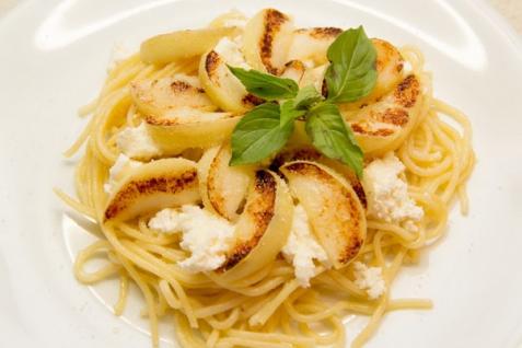 Спагетти с творогом и яблоком