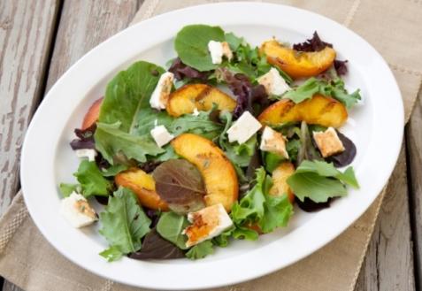 Салат с жареными персиками и сыром моцарелла