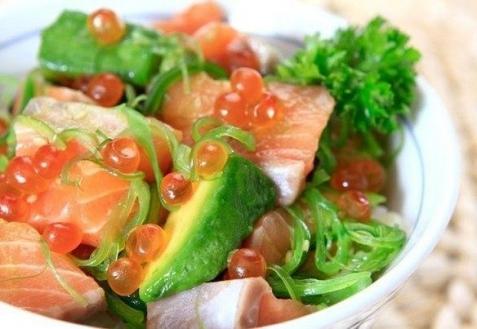 Салат с авокадо лососем и красной икрой