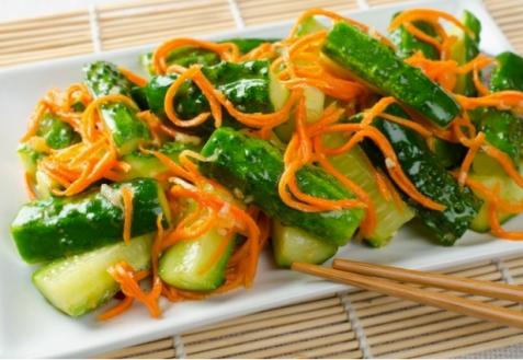 Острый салат из моркови, огурцов и имбиря