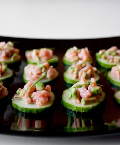 Тартар из лосося и авокадо на огурцах