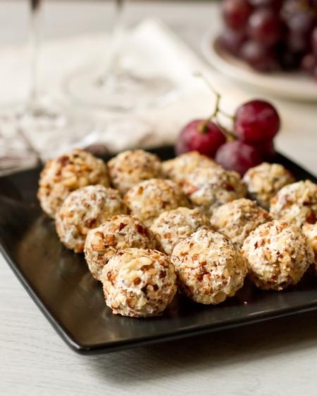 Закусочные шарики из голубого сыра с виноградом