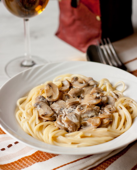 Спагетти со сливочно-грибным соусом