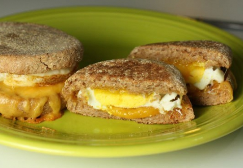 Рецепт - Мини-бургеры с яйцом и сыром