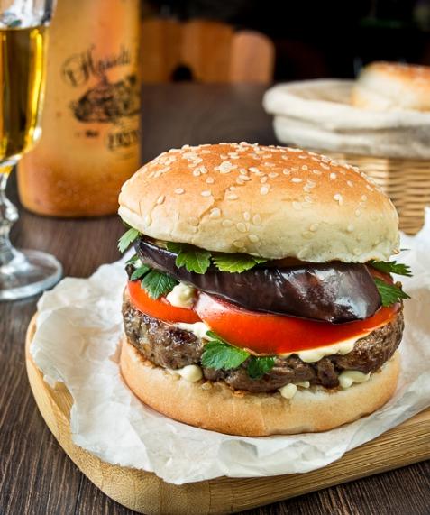Рецепт на вихідні: бургер з яловичиною і баклажаном (5 фото) (1)