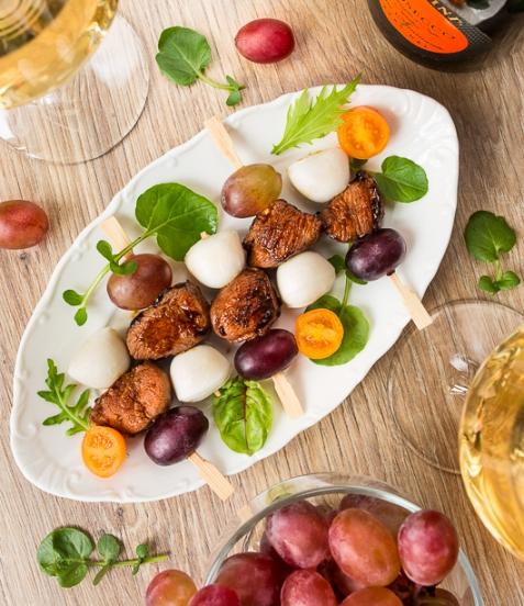 Рецепт на Новый год: Канапе из острой утки с моцареллой и виноградом