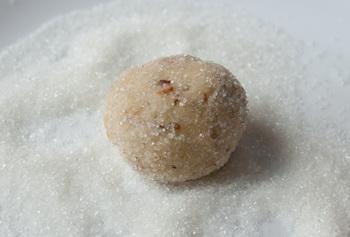 Обваливаем в сахаре