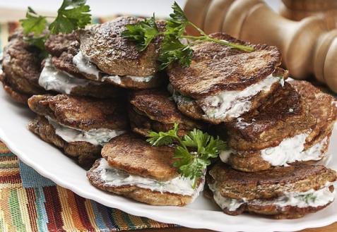 Рецепт - Печеночные оладьи в сметанном соусе