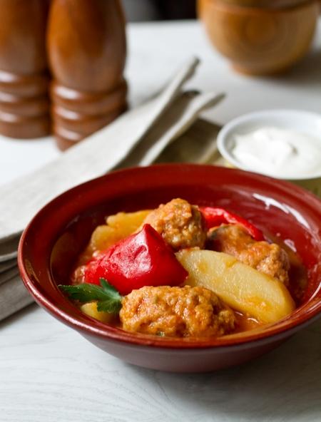 Фрикадельки с овощами в томатном соусе